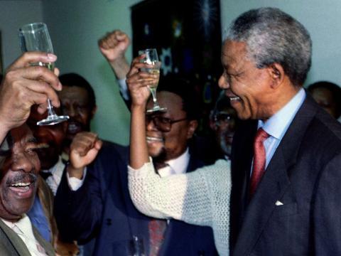 Nelson Mandela celebrando