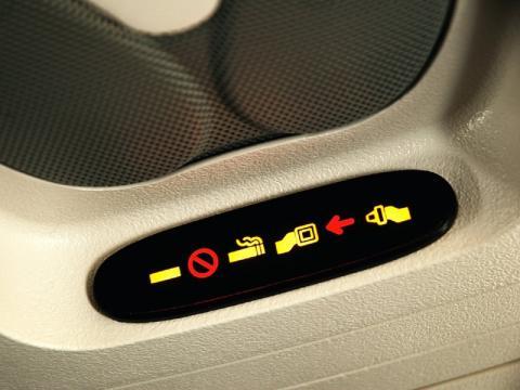 No respetar la señal de poner el cinturón de seguridad