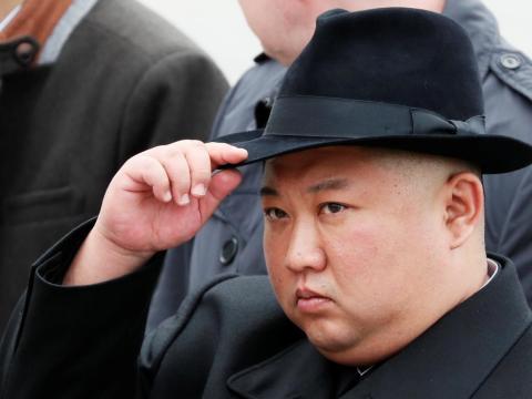 El líder norcoreano, Kim Jong Un, asiste a una ceremonia en un monumento de la Armada en Vladivostok, Rusia, el 26 de abril de 2019.
