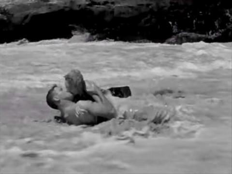 """Burt Lancaster y Deborah Kerr como alcaide y Karen en """"De aquí a la eternidad""""."""