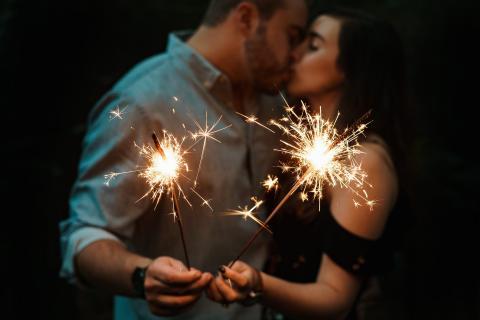 pareja beso bengalas