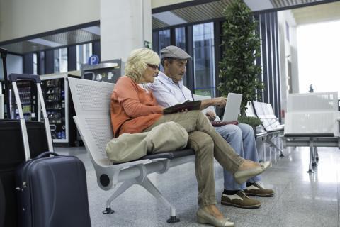 Una pareja compra billetes para el avión.