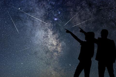 Pareja viendo lluvia de estrellas