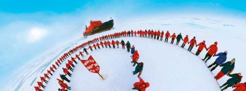 Los pasajeros del '50 Años de la Victoria' festejan la llegada al Polo Norte.