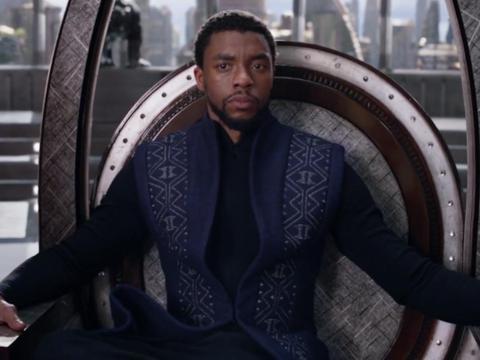 Chadwick Boseman interpreta a T'Challa.