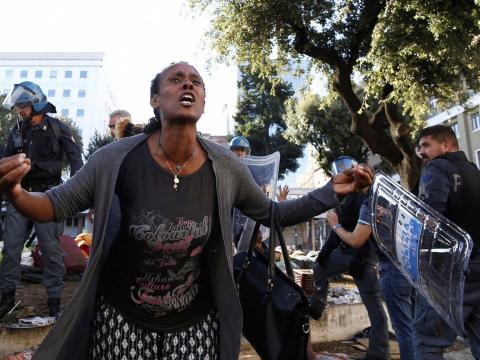 La policía italiana reprime una protesta de refugiados e inmigrantes