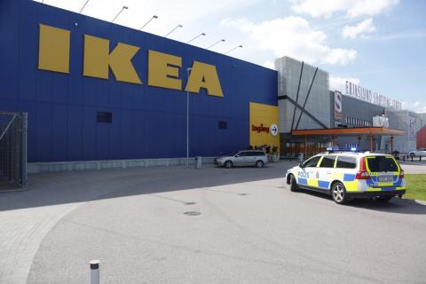 Policia sueca en el exterior de un Ikea