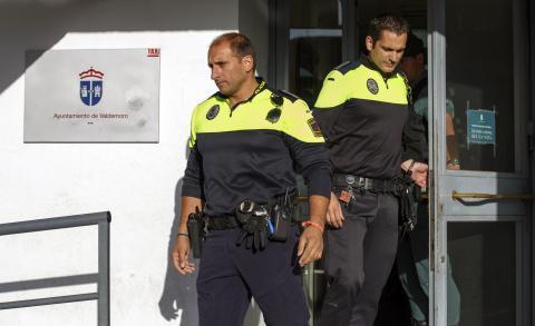 Unos policias salen del ayuntamiento de Valdemoro.