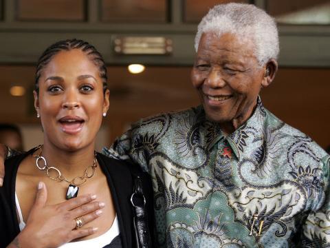 Nelson Mandela con Laila Ali, hija de Muhammad Ali, en 2007