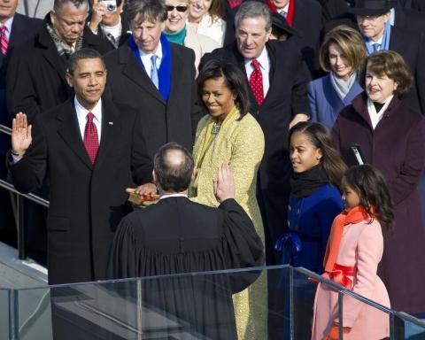 El presidente electo Barack Obama jura como el 44º presidente de los Estados Unidos en 2009, junto a Michelle Obama y sus hijas Malia y Sasha.