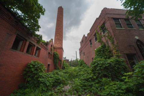 Uno de los primeros edificios que vi fue la morgue (derecha). La chimenea rota de la sala de calderas (izquierda) se ve a una milla de distancia