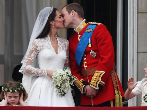 El primer beso público del príncipe William y Kate Middleton recién casados.