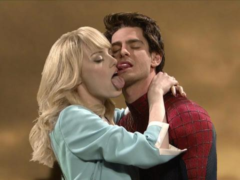 "El ""beso"" de Emma Stone y Andrew Garfield durante un episodio de ""Saturday Night Live""."