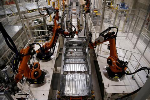 Robots en una fábrica de Volkswagen en Polonia.
