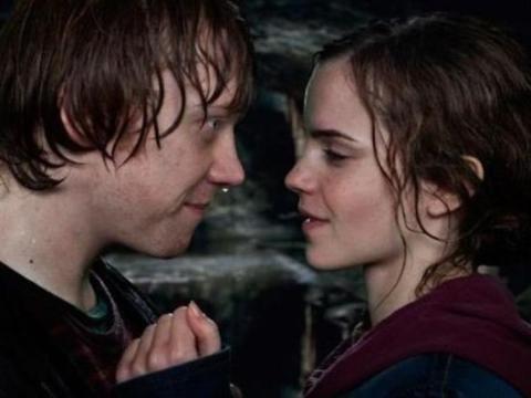 """Rupert Grint y Emma Watson como Ron y Hermione en """"Harry Potter y las Reliquias de la Muerte Parte 2""""."""