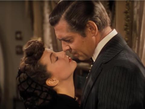 """Vivien Leigh y Clark Gable como Scarlett y Rhett en """"Lo que el viento se llevó""""."""