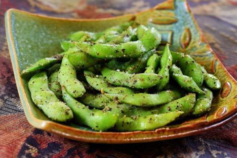 El edamame es uno de los muchos productos de soja que aportan calcio.