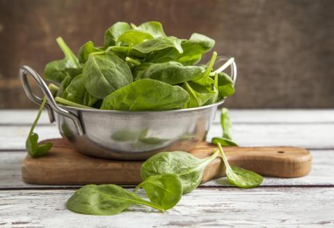 Las espinacas está llena de nutrientes, incluido el calcio.