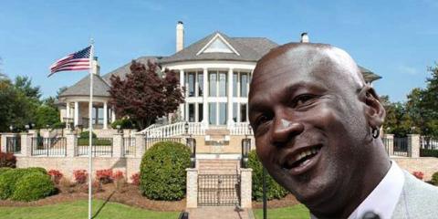 También tiene una casa de 2,8 millones de dólares cerca de Charlotte
