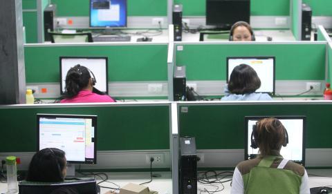 Teleoperadores en una oficina.