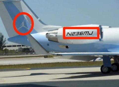 Tiene un jet privado. Está pintado en azul de Carolina y el número de bastidor incluye su número en la camiseta (23) y el número de títulos (6).