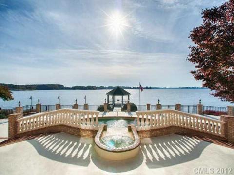 Tiene unas vistas impresionantes a un lago