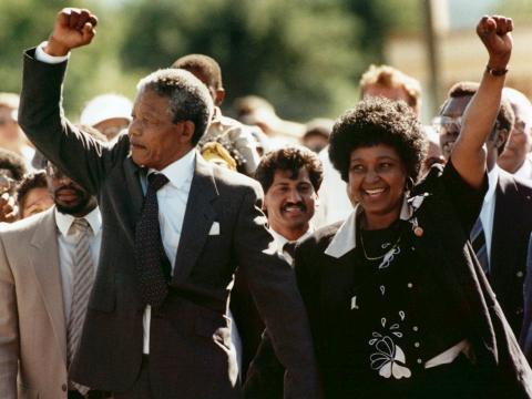 En esta foto del 11 de febrero de 1990, Nelson Mandela y su esposa, Winnie, salen de la prisión Victor Verster cerca de Ciudad del Cabo, Sudáfrica, después de haber pasado 27 años en la cárcel.