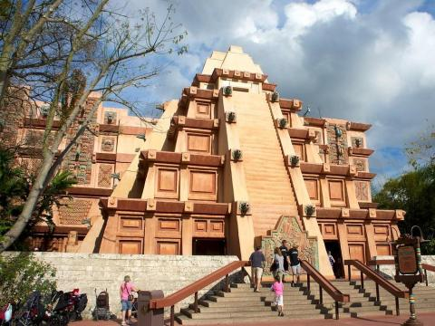 Un hombre fue captado por la cámara mientras trepaba el Templo Maya en Epcot.