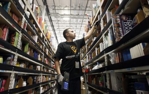 Un trabajador revisa los productos en un centro de distribución de Amazon.