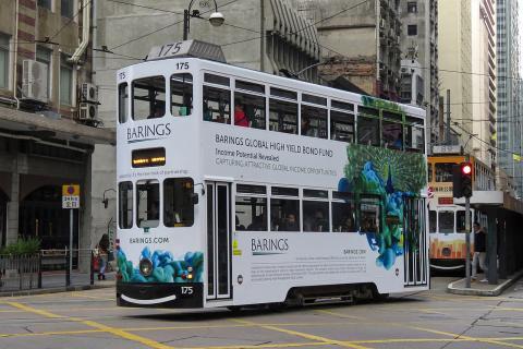 Un tranvía en Hong Kong con publicidad de Barings