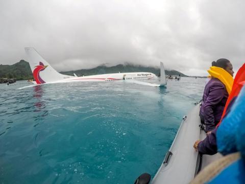 Buceadores de la Marina de los EEUU y autoridades locales rescatan pasajeros del avión estrellado de Air Niugini después de que se estrellase cerca del aeropuerto internacional de Chuuk, en Micronesia.