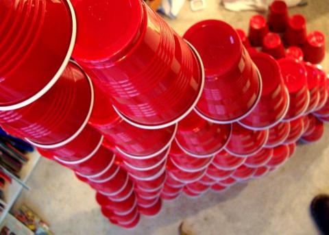 Usar vasos rojos para beber alcohol