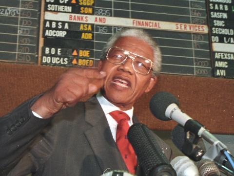 Nelson Mandela hablando a los miembros de la Bolsa de Valores de Johannesburgo, 22 de abril de 1994.