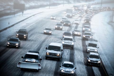 Varios coches en una carretera nevada