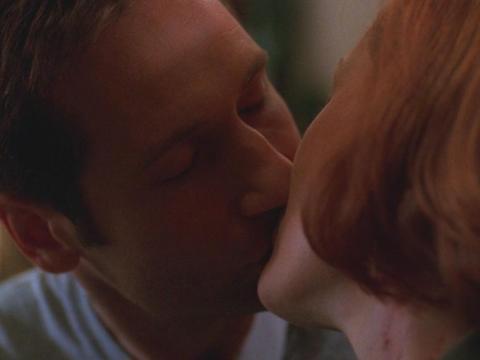 """David Duchovny y Gillian Anderson como Mulder y Scully en """"Expediente-X""""."""