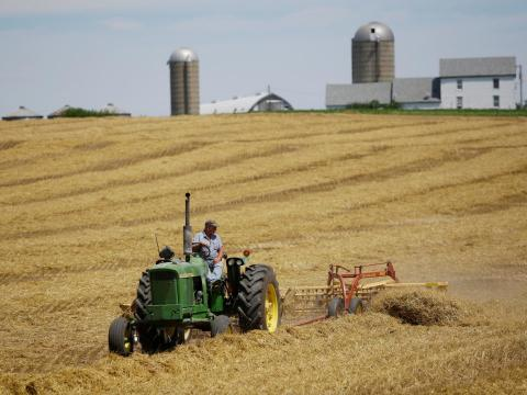 Un agricultor cosecha su campo en su granja en Pecatonica, Illinois.