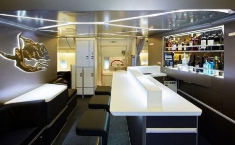 Muchas aerolíneas tienen un bar para los pasajeros de sus clases superiores.