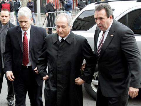 Bernard Madoff entrando en el tribunal federal de Manhattan el 10 de marzo de 2009.