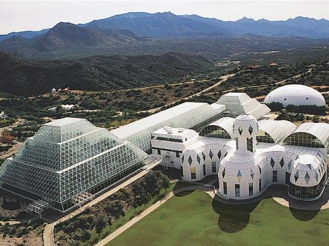 Biosphere 2 está situada en las laderas de las montañas de Santa Catalina, en Oracle, Arizona.