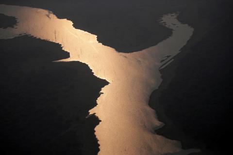 La luz del sol se refleja en el lago de la presa hidroeléctrica Samuel, en un área de la selva amazónica cerca de Porto Velho, el 21 de agosto de 2019.