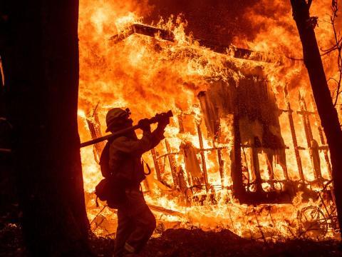 Los bomberos pueden estar expuestos a toxinas cancerígenas en el trabajo.