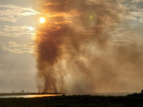 Un incendio forestal cerca del refugio silvestre Las Palomas, cerca de Boca Chica, después del despegue de un cohete de SpaceX similar.