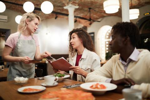 A la hora de escoger platos evita aquellos que contengan alimentos ricos en sodio.