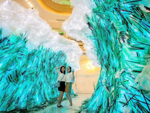 "Artist Von Wong's vision was to create a ""parting of the plastic seas."""