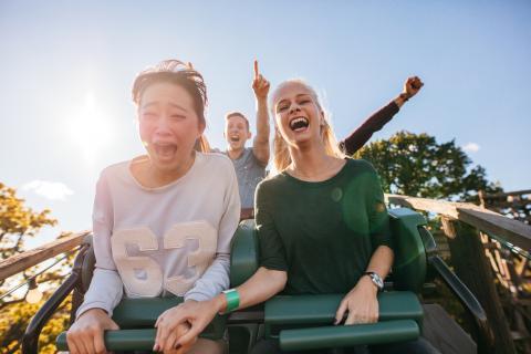 Chicas gritando en una montaña rusa