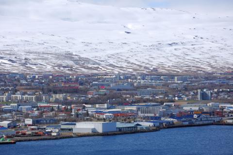 Ciudad de Akureyri en Islandia