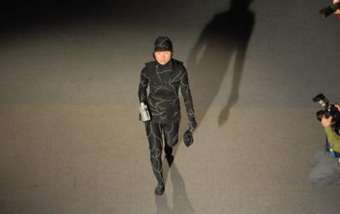 Jae Rhim Lee vistiendo su traje funenario de hongos.