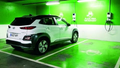 Las complicaciones de la calle al cargar un coche eléctrico en este caso un Hyundai Kona Eléctrico