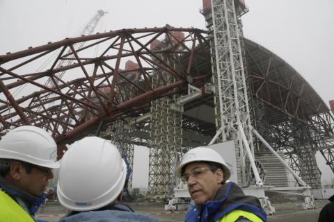 Los trabajadores de la construcción montan un enorme arco de acero en la planta de Chernobyl el 27 de noviembre de 2012.