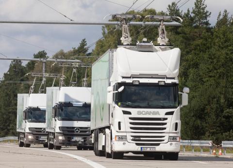 Un convoy de camiones circula por una autovía electrificada en Suecia